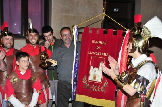 Els Manaies lliuren el penó a Josep Puig